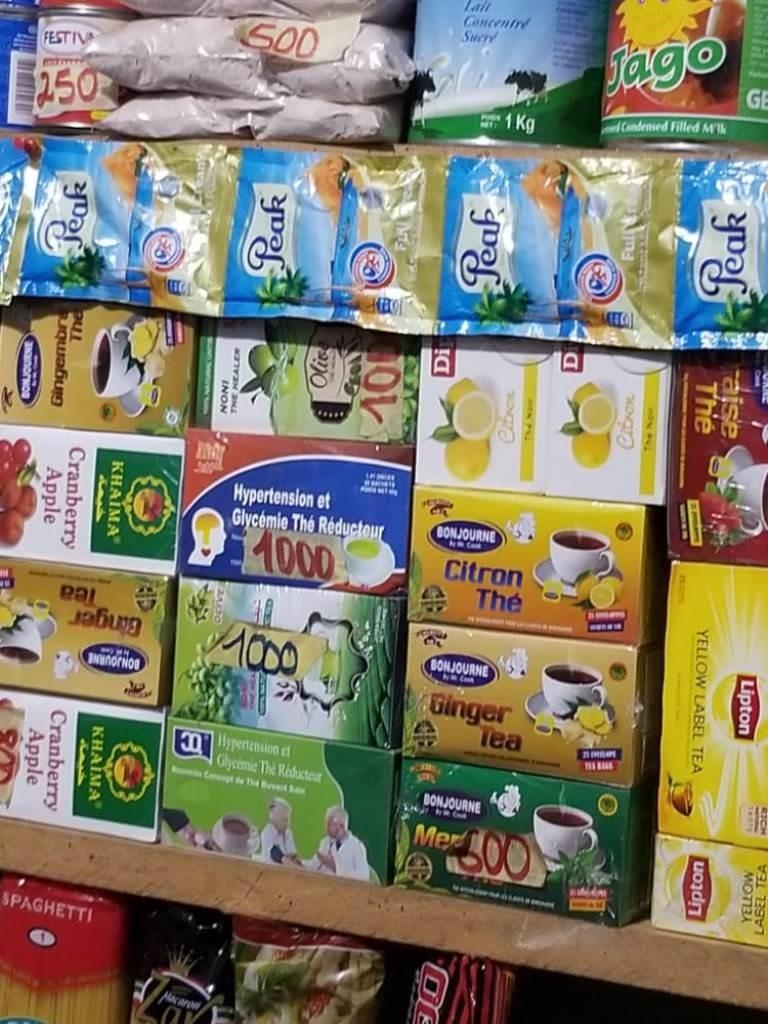 嗜好品である紅茶類も毎日の生活には欠かせない。1箱あたり1,000CFAF(約195円)で、こちらも非常に安い価格で売られている。